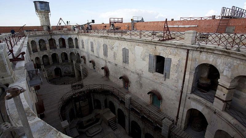 где находится тюрьма Форт Боярд